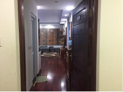 Cửa nhà vệ sinh ngay gần cửa ra vào là một lỗi phong thủy thường gặp ở các căn hộ chung cư